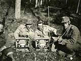 Viestimiehiä ja näiden radiolaite lähetin-vastaanotin P-12-8