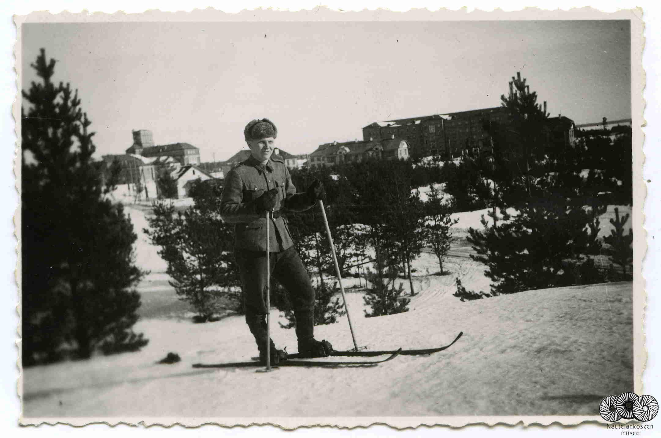 Oiva hiihtämässä